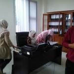 Manager Admin Lagi Sibuk mempersiapkan berkas